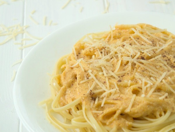 An amazing creamy pumpkin alfredo recipe! So easy and ready in 20 minutes! from @galmission