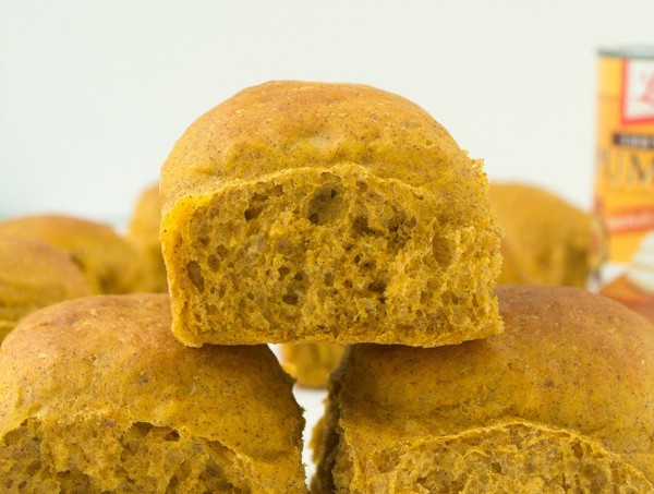 Delicious Pumpkin Spice Dinner Rolls Recipe via @galmission