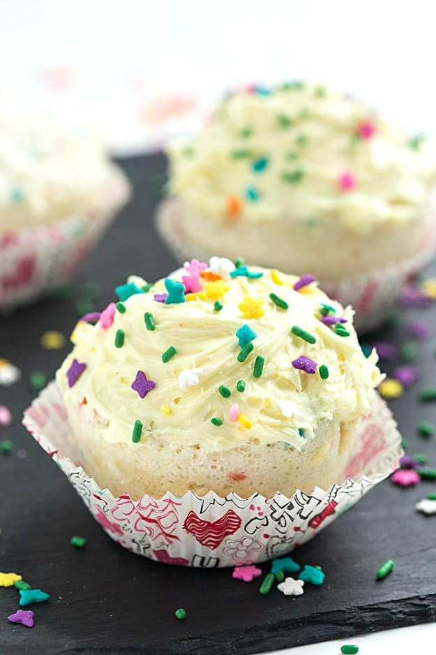 Easy 1-Minute Funfetti Mug Cupcake - Make a dessert when your loved one can be quick and tasty with our easy 1-minute funfetti mug cupcake! #MixUpAMoment