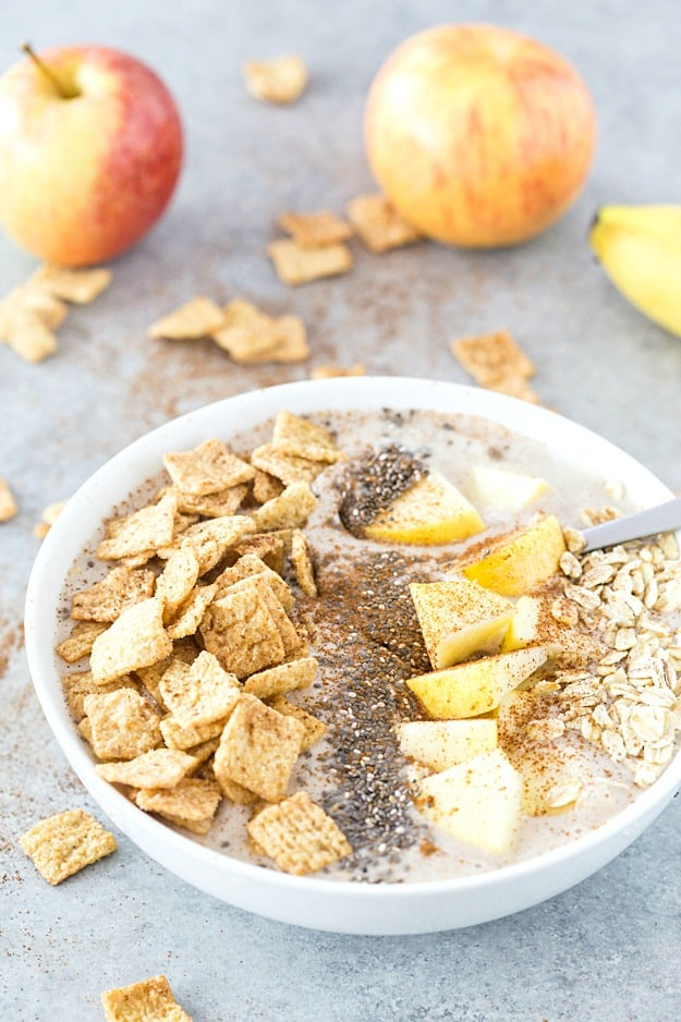 Apple Pie Smoothie Bowl - If you love apple pie, you're in luck because you can have this smoothie bowl for breakfast, as a snack, or even for dessert! This smoothie bowl recipe is so easy and comes together in no time!